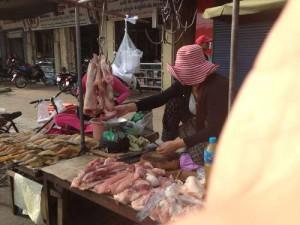 食品系市場 鶏肉を売っている